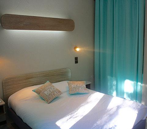 Bedroom with double bed, hotel Lac du Salagou