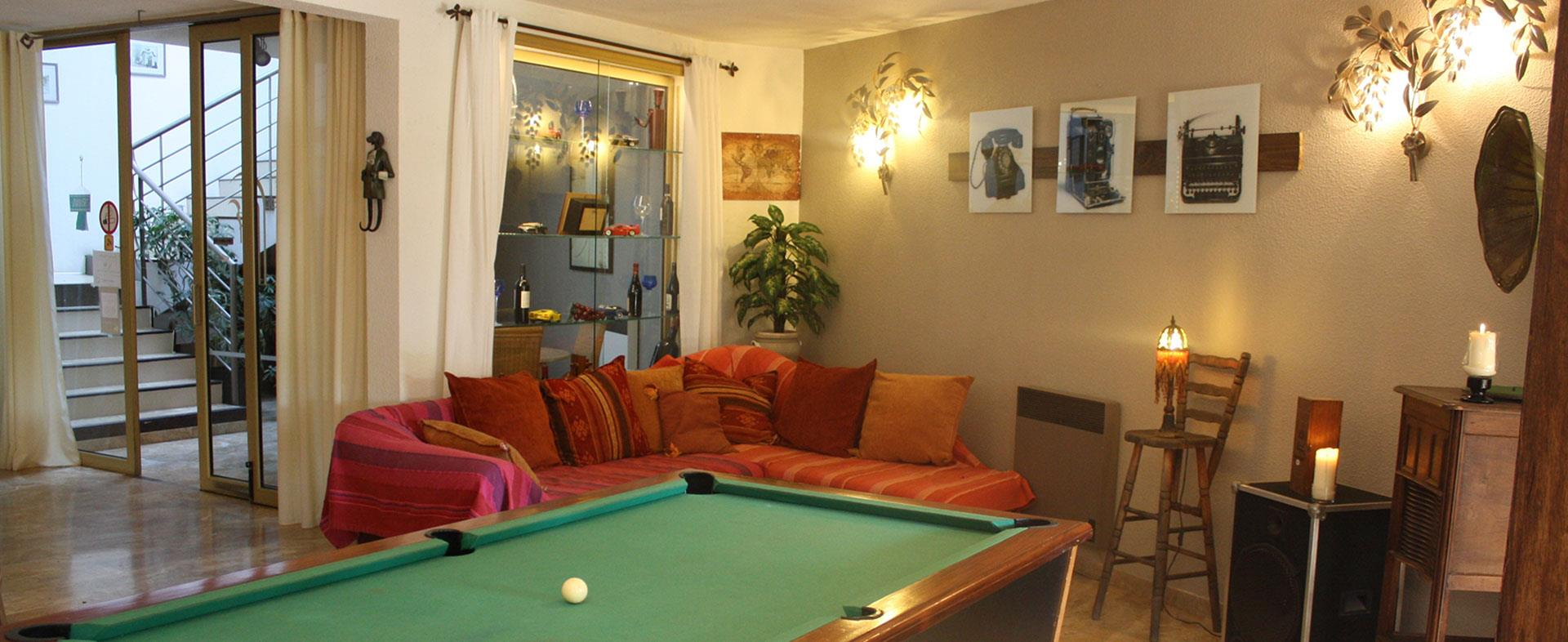 The hotel Saint Benoit located in Hérault is made up of a living-room with billiards.
